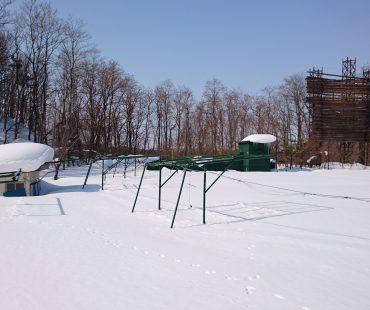 射撃場は雪の中でした…。